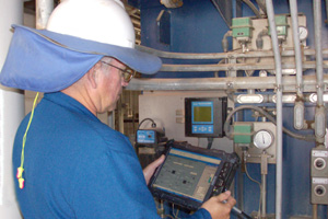 An employee at ALON USA uses a Honeywell mobile tablet to manage field assets.