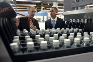 Dirk Langanki (left), Manager of Electrical Construction and Development at the KHS Competence Center for Packaging Technology, in a discussion with Steffen Winkler, Bosch Rexroth AG