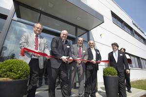 [L-R] Site manager Dieter Stolze, managing director Matthias Altendorf, district administrator Wolfgang Blasig, CEO Klaus Endress and Mayor Bernd Albers cut the red ribbon.